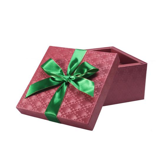 產品簡介 該款正方形巧克力包裝盒由上海商羽為廣大消費者提供,該款內置巧克力,內盒材質采用單面光絲帶制作而成,外盒材質采用藝術紙裱灰板制作而成,巧克力盒型為天地蓋+階梯盒,該款巧克力包裝盒有精致的蝴蝶結,詳情可來電我公司服務人員! 本款巧克力包裝盒采用獨特的設計手法,產品簡約的設計中透露出大氣。禮盒包裝巧克力送給女朋友做禮物很漂亮,很不錯喔! 該款正方形巧克力禮盒系列,簡約而精致,簡約而時尚的設計,小巧精致,飄逸出俊秀的氣質。 愛,就送她巧克力,就告訴她,該款巧克力包裝盒低調 高雅 上檔次,是您送女朋友的首